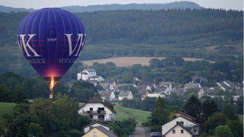 Heßluftballon über einer Gemeinde in Rheinland-Pfalz