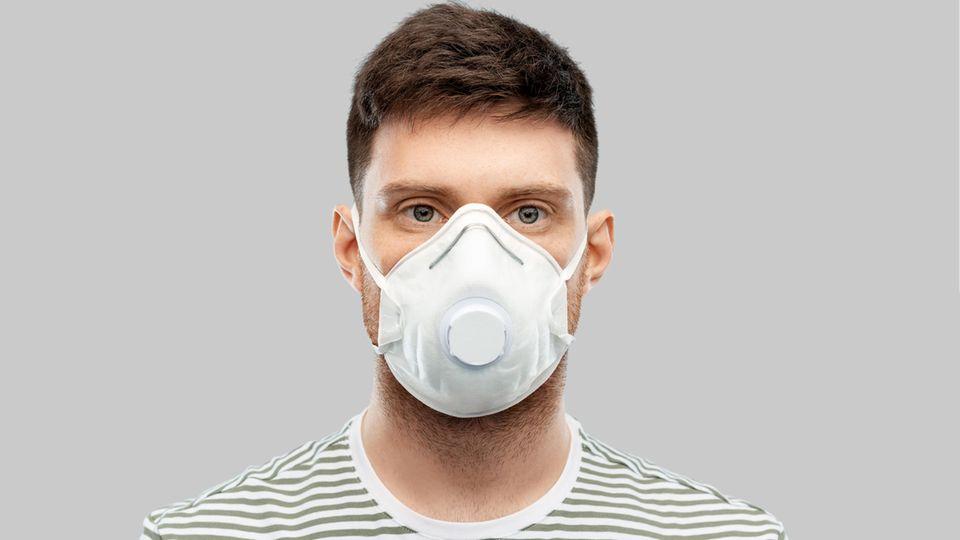 Coronavirus Maske Ventil: Ein Mann trägt eine Ventil-Maske