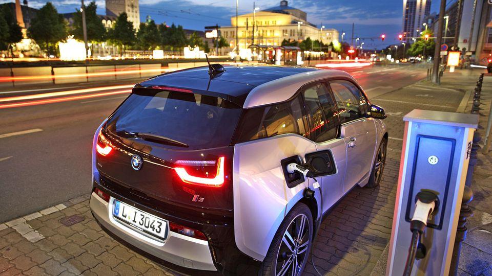 Ein BMW i3 steht an einer Ladesäule in Leipzig: Der Preis für den Strom hängt vom Weg der Abrechnung ab.