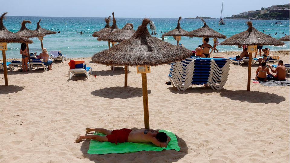 Kaum Gäste am Strand in Cala Major auf Mallorca: Angesichts steigender Corona-Zahlen geht auch auf den Balearen-Inseln die Angst vor einem finaziellem Fiasko um