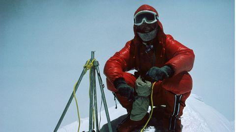 Reinhold Messner hockt auf dem Gipfel des Mount Everest, nachdem er diesen zusammen mit Peter Habeler am 8. Mai 1978 bestiegen hat.