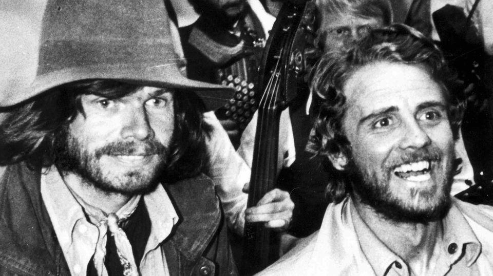Im Mai 1978 bei der Ankunft in München:Reinhold Messner (links) und Peter Habeler (rechts) nach ihrer Rückkehr vom Mount Everest.