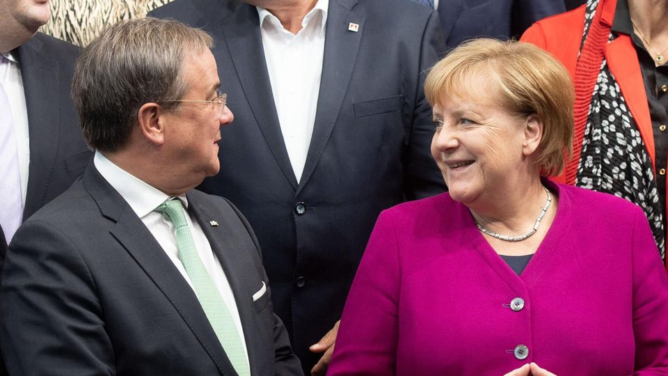 Armin Laschet und Angela Merkel hier auf dem Digital-Gipfel der Bundesregierung im vergangenen Jahr. Am Dienstag will dieBundeskanzlerin demMinisterpräsidenten von Nordrhein-Westfalen einen Besuch abstatten.