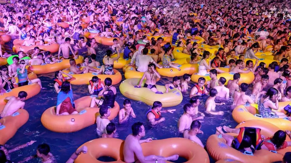 Verstörende Bilder aus Wuhan – Tausende feiern dicht an dich in Wasserpark