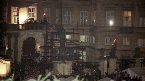 Hans-Dietrich Genscher 1989 in der Prager Botschaft
