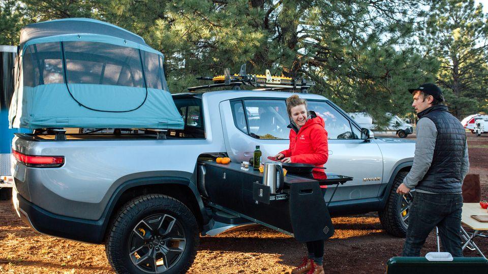 Rivian R1: Eine Campingküche samt Elektroherd gibt es als Zusatzausstattung.