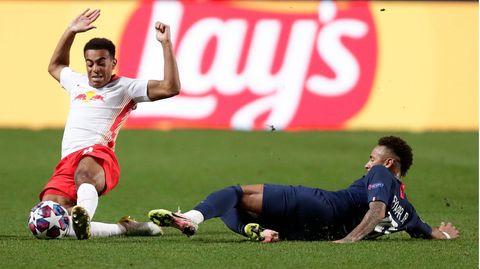 Paris Saint-Germain's Neymar (rechts) im Zweikampf mit Tyler Adams von RB Leipzig