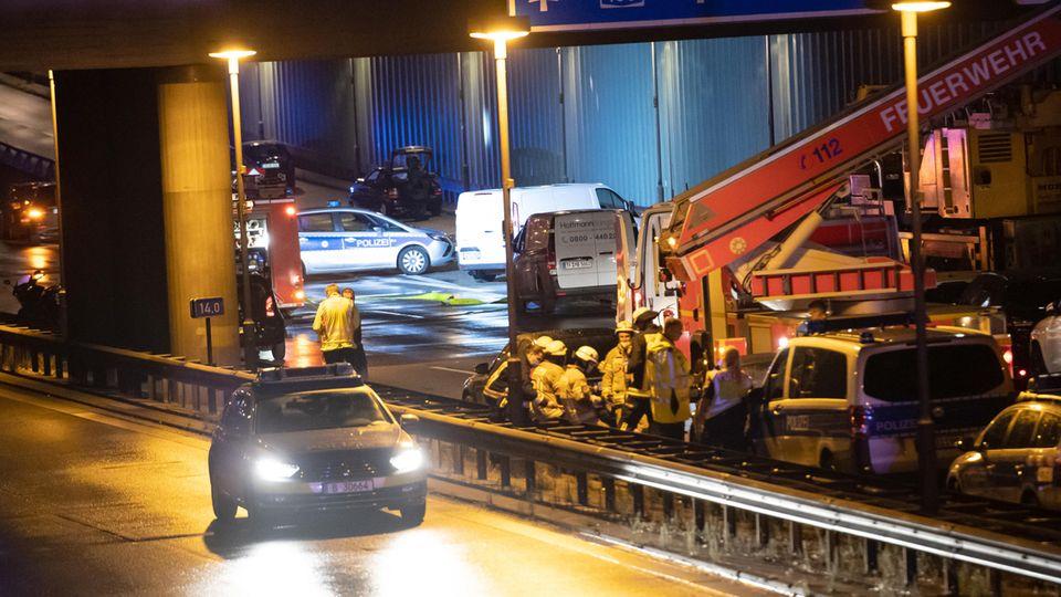 Kriminaltechniker untersuchen auf der Berliner Stadtautobahn A100 auf der Höhe der Ausfahrt Alboinstraße einen Pkw