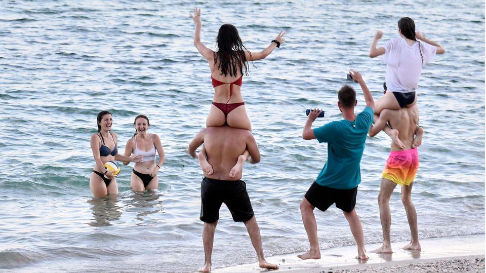 Touristen am Strandauf Mallorca
