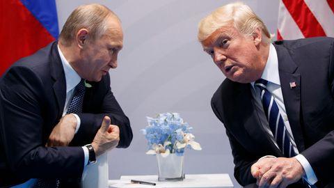 Wladimir Putin und Donald Trump stecken die Köpfe zusammen