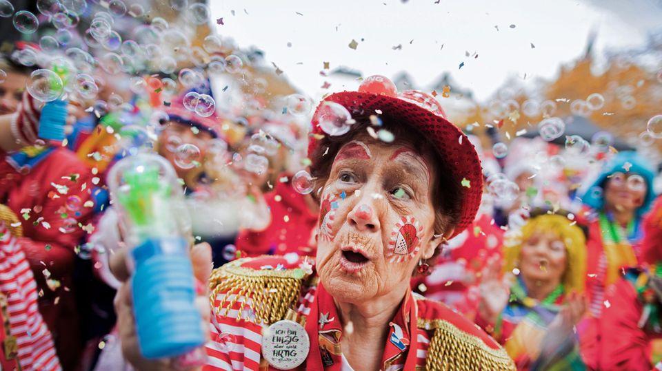 Jecken feiern auf dem Heumarkt den Auftakt der Karnevalssession