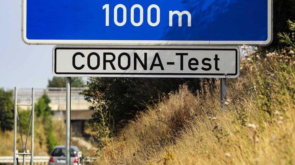 Auf der A17 in Sachsen weist ein Schild kurz nach der tschechischen Grenze für Einreisende nach Deutschland auf Corona-Tests hin