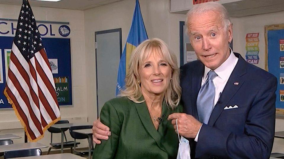 Joe und Jill Biden in einem Klassenraum
