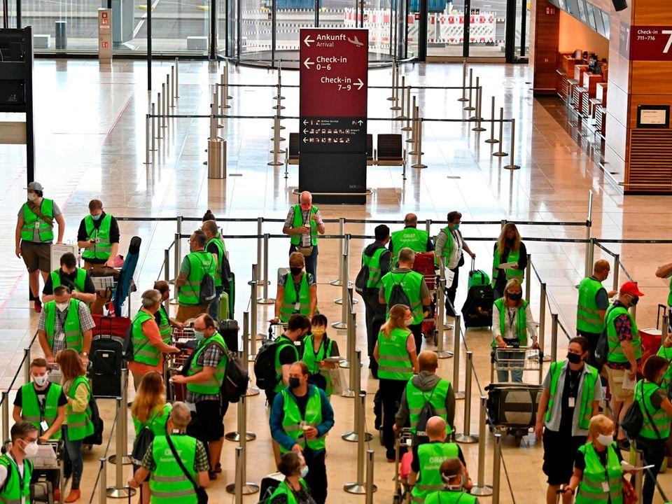 Probelauf im Terminal 1 mit Komparsen zu Corona-Zeiten