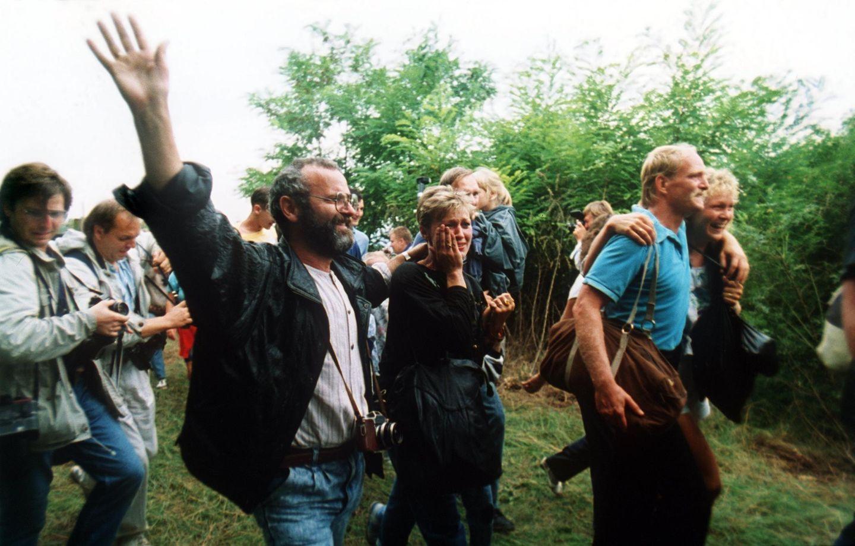 19. August 1989: Der Beginn vom Fall des Eisernen Vorhangs  Es sind Bilder, die um die Welt gingen– und einen Prozess ins Rollen brachten, der mit dem Ende des Warschauer Pakts, dem Fall der Mauer und des Eisernen Vorhangs endete.Das Archivbild zeigt jubelnde DDR-Flüchtlinge, die am 19. August 1989 Österreich erreichen. Etwa 600 DDR-Bürger nutzten ein paneuropäisches Picknick an der ungarisch-österreichischen Grenze in Sopron, Ungarn, bei dem ein Grenztor geöffnet wurde, zur Flucht in den Westen. Diese erste Massenflucht war der Anfang vom Ende für die DDR mit dem Fall der Berliner Mauer am 9. November 1989. Später baute die Tschechoslowakei Grenzanlagen ab, die Macht der sozialistischen Herrscher in den Staaten des Ostblocks brach zusammen. Bis zum Dezember 1989 wechselten die Macht- und Regierungssysteme in der DDR, Ungarn, der Tschechoslowakei, Ungarn, Rumänien und Bulgarien.
