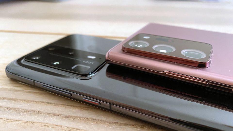 Die Kamera-Ausbuchtung des Galaxy Note 20 Ultrawirkt selbst gegen die große Fläche des Huawei P40 Pro (unten) gigantisch. Die schicke FarbeMystic Bronze erinnert eher an Roségold als Bronze