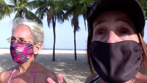 Zwei Frauen am Strand in Brasilien