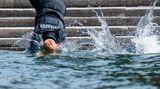 Hannover, Deutschland.Polizisten springen bei einer Übung zur Rettung eines Ertrinkenden in den Maschsee. Polizisten der Bereitschaftspolizei Hannover und Helfer der Deutschen Lebens-Rettungs-Gesellschaft (DLRG) haben am Mittwoch die Rettung vor Ertrinkenden geübt. Polizeibeamte sind bei Unfällen in Badegewässern oft als erste Retter vor Ort.