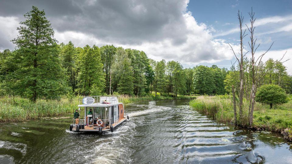 Hausboot-Tourauf dem Kanal zwischen der Schleuse Schorfheide und dem Großen Kuhwallsee