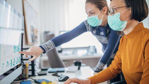 In engen Büros können Masken vor einer Ansteckung mit Covid-19 schützen.