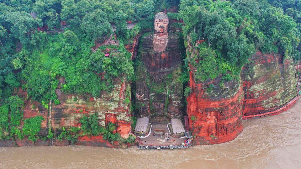 China: Buddha mit nassen Füßen – Hochwasser bedroht 70 Meter hohe Riesen-Statue