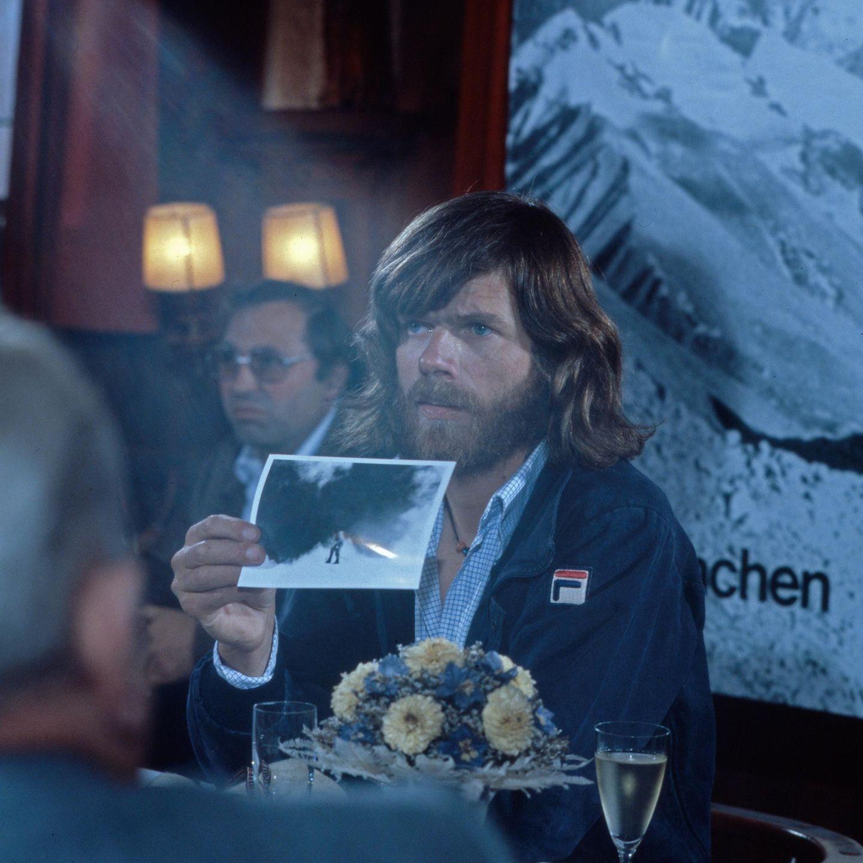 Reinhold Messner präsentiert in München ein Foto von seiner Expedition auf den Mount Everest im August 1980