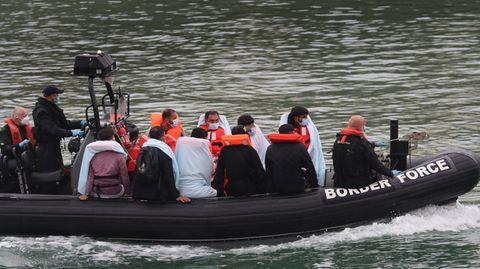 Mutmaßliche Flüchtlinge werden auf einem Boot vom Ärmelkanal nach Dover gebracht