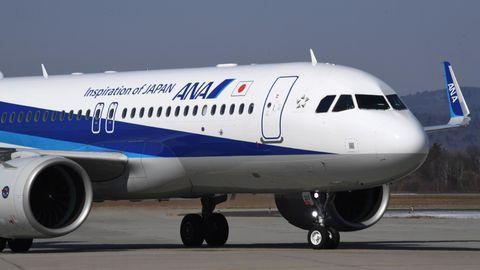 Passagierflugzeug der All Nippon Airways auf dem Rollfeld einen Flughafen