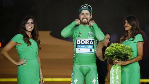 Sprintkönig Peter Sagan auf dem Podium der Tour de France 2019 in Paris - umrahmt von zwei Hostessen