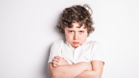 Junge mit wütender Mimik