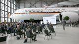 Bild 1 von 9der Fotostrecke zum Klicken:Ort der Übergabe des fabrikneuen Airbus A350 nach der Umrüstung zum Regierungsflieger: ein Hangar der Lufthansa Technik in Hamburg