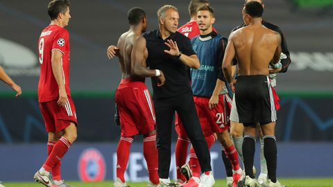 """""""Menschliche Qualitäten"""" und """"Empahtie"""": Hansi Flick (m.) nach dem Schlusspfiff gegen Olympique Lyon"""