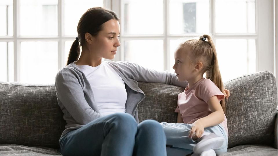 Eine Mutter im Gespräch mit ihrer Tochter