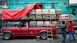 Mexiko-Stadt, Mexiko. Arbeiter entladen einen Pritschenwagen, der Särge zu einem Bestattungsinstitut gebracht hat.In Lateinamerika und der Karibik gibt es inzwischen insgesamt mehr als 250.000 verzeichnete Todesopfer der Corona-Pandemie.Die Gesamtzahl der registrierten Infektionsfälle in der Region liegtbei 6,463 Millionen. Lateinamerika und die Karibik ist die am schlimmsten von der Pandemie heimgesuchte Weltregion. Innerhalb der Region am schwersten betroffen ist Brasilien mit 3,5 Millionen verzeichneten Infektionen und etwa 112.300 gezählten Todesopfern. Dahinter liegen Peru und Mexiko. In Mexiko gab es bis zur Nacht zum Freitag rund 537.000 verzeichnete Ansteckungsfälle und etwa 58.500 gezählte Todesfälle.