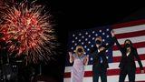 Wilmington, USA. Zum Abschluss des weitgehend virtuell abgehaltenen Nominierungsparteitags der Demokraten präsentiert sich deren Präsidentschaftskandidat Joe Biden gemeinsam mit Ehefrau Jill (l.) und der Kandidatin für das Amt der Vizepräsidentin, Kamala Harris, vor dem Chase Center seinen Anhängern.