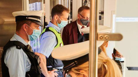 Die Bundespolizei bei einer Kontrollein einem Intercity der Deutschen Bahn – Blankoatteste befreien nicht von der Maskenpflicht