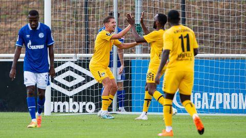 Uerdingens Peter van Ooijen und Osayamen Osawe bejubelt das 2:0 gegen den FC Schalke