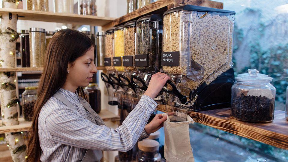 Plastikmüll: Einkaufen ohne Kunststoff? Eine Plastikjägerin hilft unserer Autorin beim Shoppen