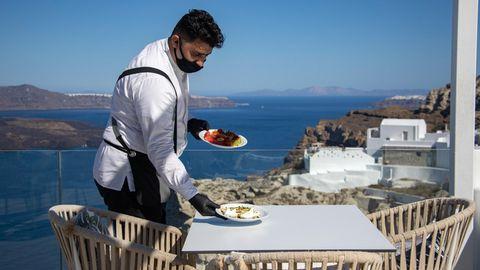 Auf der Terrasse eines Hotels in Thera auf der Insel Santorin: Statt Buffet zum Frühstück Servcie am Platz.