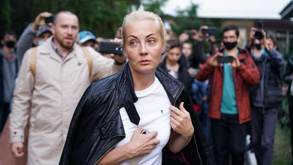Die Frau von Alexej Nawalny vor dem Krankenhaus Nr. 1 in Omsk, wo er behandelt wird.