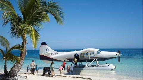 """Bild 1 von 12der Fotostrecke zum Klicken:Fidschi im Südpazifik  Sonne, Strand, Palmen, blaues Meer – wer wollte da nicht Fernweh bekommen. Kein Wunder, dass die Fidschi-Inseln, im Südpazifik nördlich von Neuseeland gelegen, zu den absoluten Traumzielen gehören. Die auf dem Nadi International Aiportbeheimatet Pacific Island Air bietet mit ihrer Flotte aus Land- und Wasserflugzeugen sowie Hubschraubern sowohl Sightseeing-Flüge als auch Transfers zu den zahlreichen Ferienresorts in der Inselrepublik an. Die hier abgebildete de Havilland DHC-3T """"Turbo Otter""""bietet dabei bis zu zehn Passagieren Platz."""