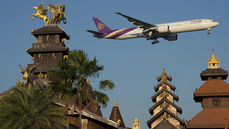 Bangkok in Thailand  Beim Landeanflug auf den Flughafen Bangkok Suvarnabhumi war sie Dietmar Plath bereits aufgefallen: die im Entstehen begriffene Hotelanlage Koh Lanta, vor deren Hauptgebäude ein riesiger goldener Buddha-Kopf stand. Der musste doch in Kombination mit einem Flugzeug ein prächtiges Motiv abgeben. Gedacht, geplant – und lange nicht getan, denn irgendetwas ging immer schief. Entweder war das Wetter zu schlecht, oder die Flugzeuge landeten auf der falschen Bahn. Inzwischen wurde die Buddha-Statue beseitigt, doch es geht auch ohne. Die Hotelfassade gibt immer noch einen prächtigen Hintergrund für die Boeing 777-300ER von Thai Airways ab.