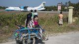 Thandwe in Myanmar  Luftfahrtenthusiasten ist der Flughafen von St. Martin in der Karibik wohlbekannt, schweben doch die einfliegenden Jets praktisch über den Köpfen der am Strand liegenden Touristen ein. Noch etwas exotischer und nur eine Spur weniger spektakulär ist der Flughafen von Thandwe, im Südwesten von Myanmar und ebenfalls direkt am Meer gelegen. Und das größte Plus: Der Zaun im Anflugbereich ist gerade einmal 80 Zentimeter hoch und gestattet somit ungehinderte Blicke auf das Vorfeld und die Flugzeuge wie diese ATR 72-600 der Mann Yadanarpon Airlines.