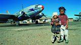 """La Paz in Bolivien  Die von 1940 bis 1945 gebaute Curtiss C-46 """"Commando"""" stand immer ein wenig im Schatten der deutlich bekannteren Douglas DC-3 bzw. C-47. Ebenso wie ihr Konkurrent wurde auch die C-46 noch lange nach dem Zweiten Weltkrieg eingesetzt, unter anderem bis Anfang dieses Jahrtausends in Bolivien. Weil der Transport mit Kühllastern zwei bis drei Tage in Anspruch genommen hätte, wurde das Frischfleisch für die Versorgung der Hauptstadt La Paz mit den altgedienten Propellerflugzeugen eingeflogen. Zweimal – 1996 und 1998 – reiste Dietmar Plath in das südamerikanische Land, um die ungewöhnlichen Einsätze zu dokumentieren."""