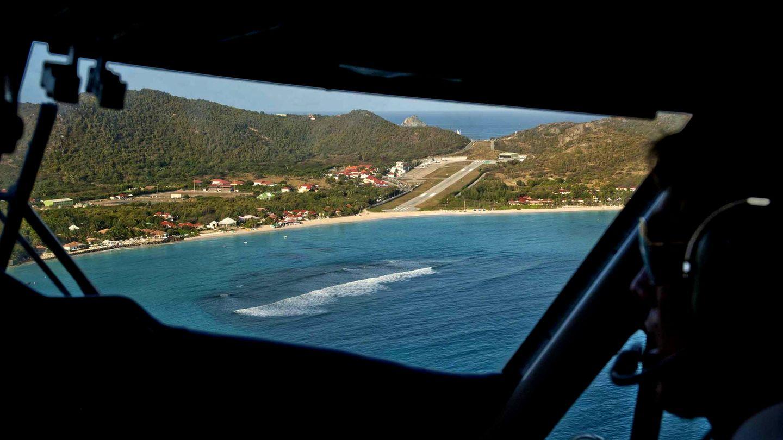 St. Barth in der Karibik  Der Aéroport de Saint-Barthélemy-Rémy de Haenen auf der zu Frankreich gehörenden Karibikinsel Saint-Barthélemy ist nach dem langjährigen Bürgermeister Rémy de Haenen benannt, der 1946 die erste Landung mit einem Flugzeug auf dem Gelände des heutigen Flughafens gewagt hatte. So idyllisch dessen Lage für den Beobachter auch anmuten mag – für die Piloten ist die auf der einen Seite von einer Hügelkette und auf der anderen vom Meer begrenzte und nur knapp 650 Meter lange Start- und Landebahn eine echte Herausforderung.
