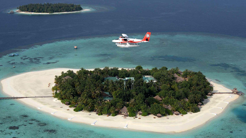 Malediven  Die Malediven, im Indischen Ozean südwestlich von Sri Lanka gelegen, bestehen aus nahezu 1200 zum Teil winzigen Inselchen, von denen rund 220 bewohnt und knapp 150 für Touristen zugänglich sind. Wer vom Hauptstadtflughafen Male, an dem die Urlauber aus aller Welt eintreffen, nicht mit dem Boot zum eigentlichen Reiseziel weiterreisen möchte, steigt in ein Wasserflugzeug vom Typ Twin Otter um, mit dem er (oder sie) schnell und zuverlässig direkt zu den Ferieneinrichtungen befördert wird. Auf diese Weise beginnt der Urlaub bereits bei der Anreise.