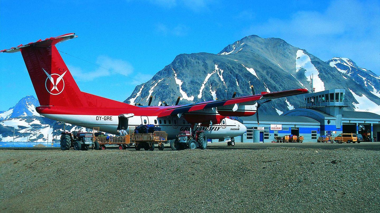 Kulusuk auf Grönland  Wenn die Landschaft rundherum fast durchweg schneeweiß leuchtet, ist es sicherlich eine gute Idee, das Flugzeug in kräftigem Rot zu lackieren. Die viermotorige De Havilland Canada Dash 7 stand viele Jahre in Diensten von Air Greenland. Eine Landung in Kulusuk, dem wichtigsten Verkehrsknotenpunkt Ostgrönlands, erfordert von den Piloten höchste Konzentration, schließlich kommen die umliegenden, bis zu 1350 Meter hohen Berge den Flugzeugen zum Greifen nah.