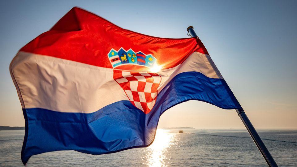 Die Nationalfahne Kroatiens am Heck eines Bootes