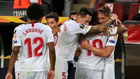 Sevillas Luuk de Jong jubelt mit dem Vorlagengeber Sevillas Ever Banega und Sevillas Lucas Ocampos