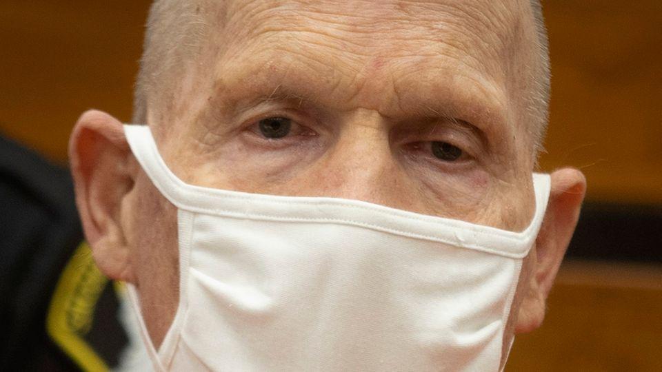 Joseph James DeAngelo nimmt mit Stoffmaske an seiner Verhandlung teil
